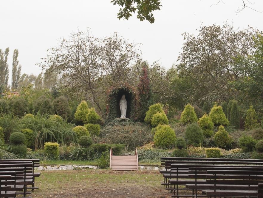 Ogród i grota Niepokalanej